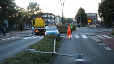 Photo of Automobilist verliest macht over stuur en ramt lantaarnpaal
