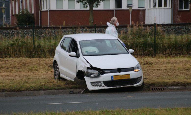 Photo of Automobilist belandt met auto in de berm door een wesp