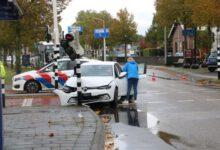 Photo of Auto ontwijkt scooter en botst op verkeerslicht